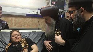 Sacerdotes cristianos coptos visitan en el hospital a heridos en el atentado.