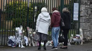 Un grupo de personasdeposita flores en recuerdo delos fallecidos en el atentado de Trèbes.