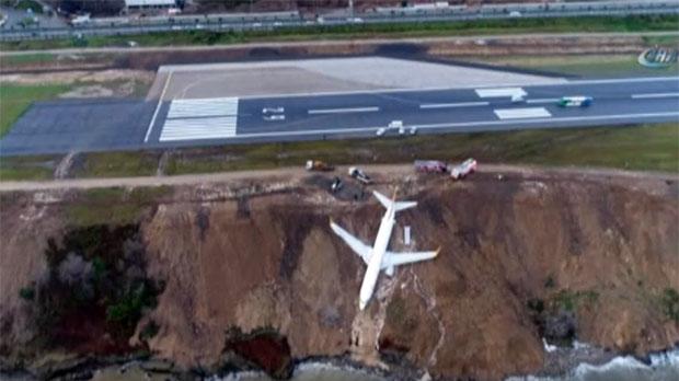 Un avió queda a escassos metres del mar després de ferun aterratge demergència a Turquia.