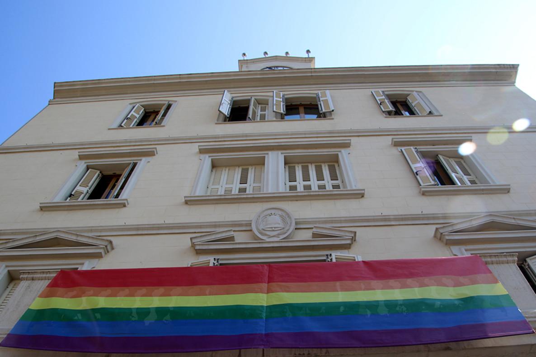 La bandera LGTBI ya luce en la fachada del Ayuntamiento de Sant Boi