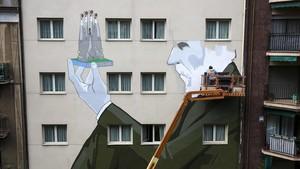 Los artistas dando los últimos toques a la obra.