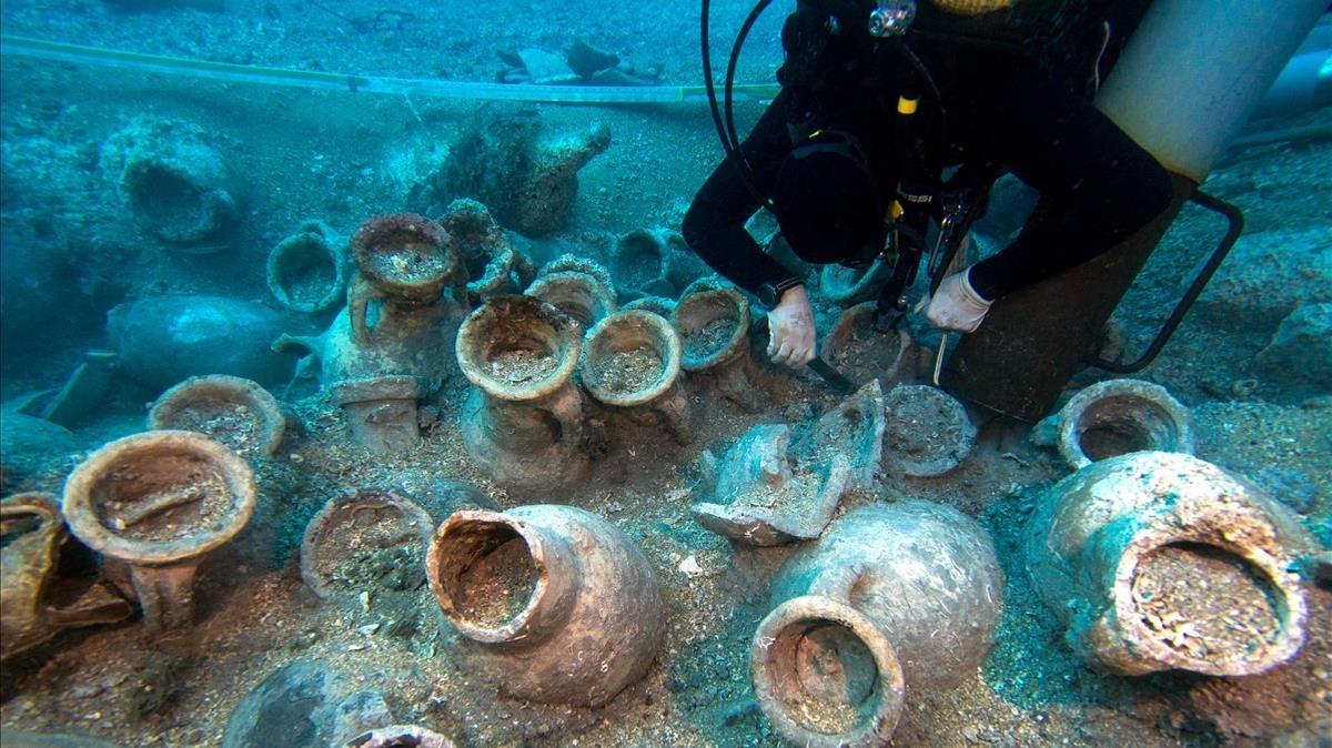 El barco romano hallado cerca de las islas Formigues conserva parte de la madera del casco