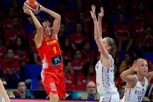 Laia Palau trata de pasar el balon frente a una jugadora belga.