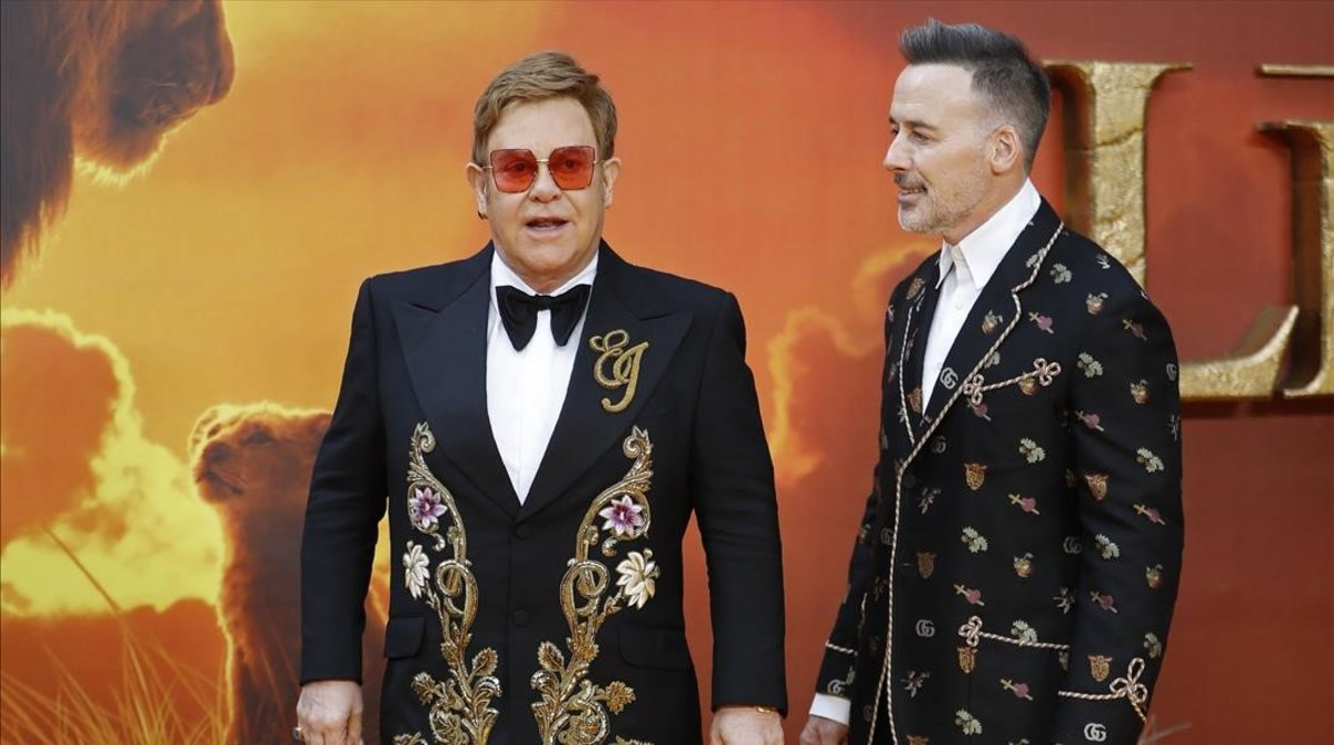 Elton John posa junto a su maridoDavid Furnish en la premier europea de 'El rey león'.