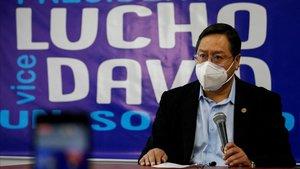 El candidato del MAS,Luis Arce, en una conferencia de prensaeste sábado en La Paz.