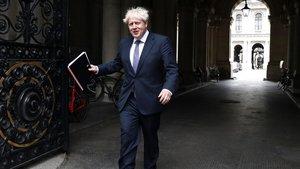 Boris Johnson sale de la reunión del Ejecutivo británico este martes.