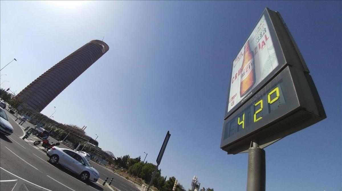 Un termómetro en el Puente del Cristo de la Expiración, en Sevilla, el martes a mediodía. La máxima oficial fue de 36º.