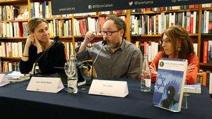 Joan Cañete Bayle, flanqueado por Isabel Galí (izquierda) y Ana Alba, el jueves en la librería Laie durante la presentación de su libro.