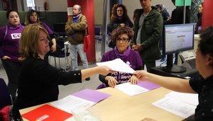 La secretaria de acción sindical de CCOO de Catalunya, Cristina Torre, y la secretaria de igualdad, Alba García, registran una batería de denuncias en Inspección de Trabajo.