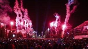 Celebración de una fiesta de fin de año en la avenida Maria Cristina de Barcelona.