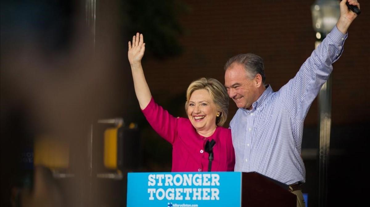 Clinton (izq) y el candidato a vicepresidenteTim Kaine, en un mitin en Broad Street Market, en Harrisburg, este viernes.