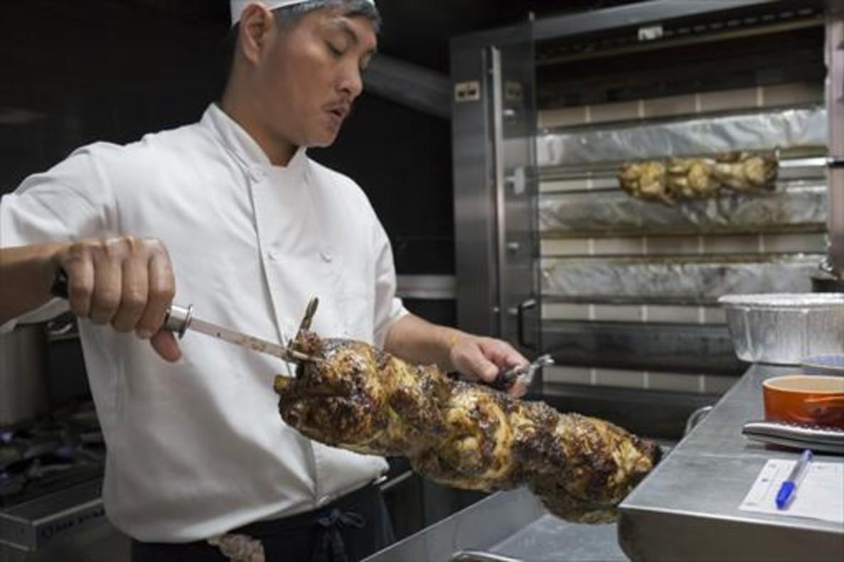 Un cocinero del restaurante La Brochette.