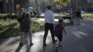 Padres acompañando a sus hijos al centro escolar.