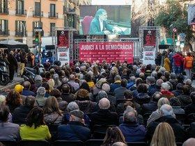 Concentración frente a la sede de Òmnium en Barcelona para seguir la declaración de Jordi Cuixart en el Supremo.