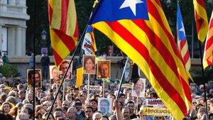 Concentración en la plaza de Catalunya en protesta por el juicio al 'procés', tras quedar este visto por sentencia.
