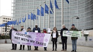 Antiabortistas protestan ante la sede de la Comision Europea en el ambito de la celebracion de la Conferencia Internacional She Decides en Bruselas.