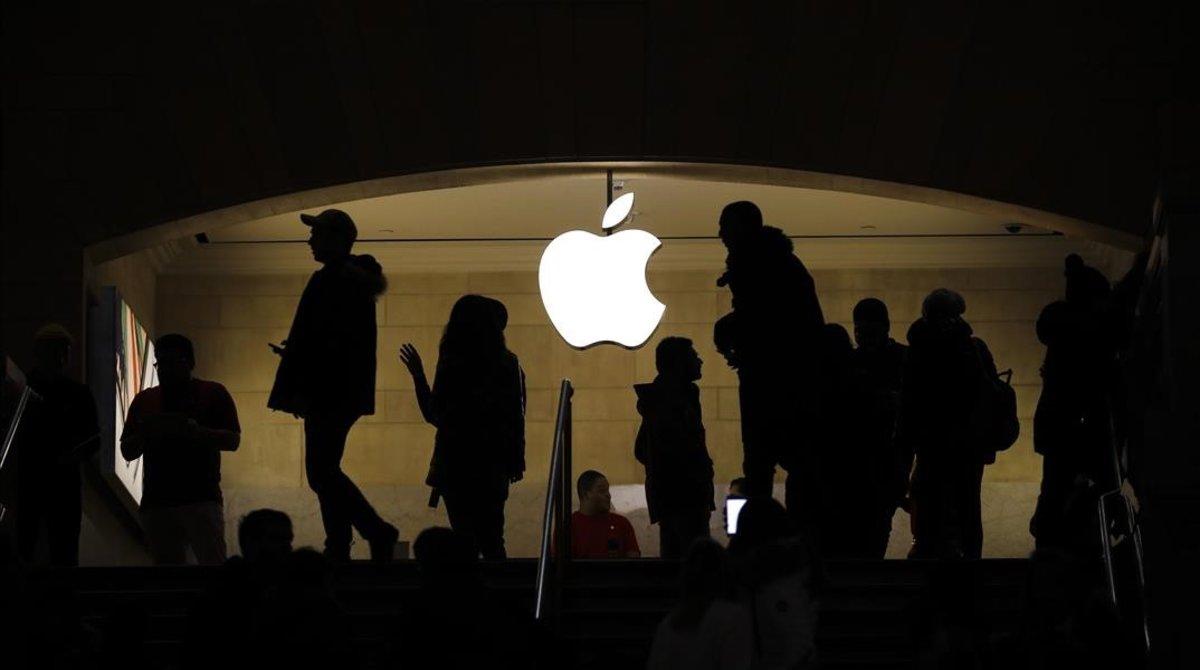 Consumidores en una tienda Apple de Nueva York.