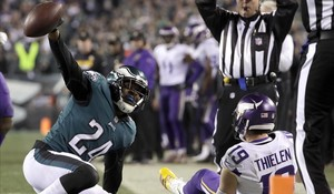 Corey Graham de los Eagles después de interceptarle un balón a Adam Thielen de los Minnesota Vikings