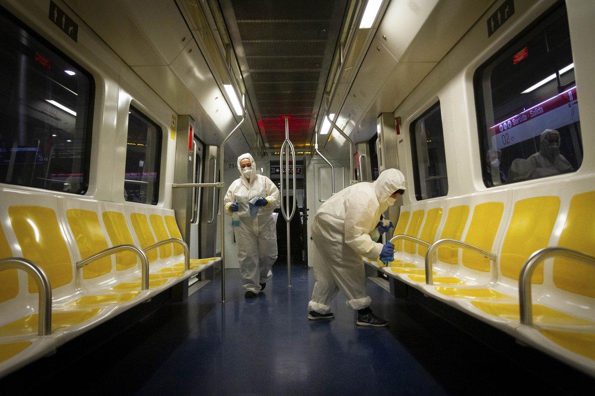 Trabajadores limpian un tren del metro de Mallorca para frenar la propagación del coronavirus.
