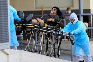 Personal médico transporta a un enfermo de COVID-19 en México.