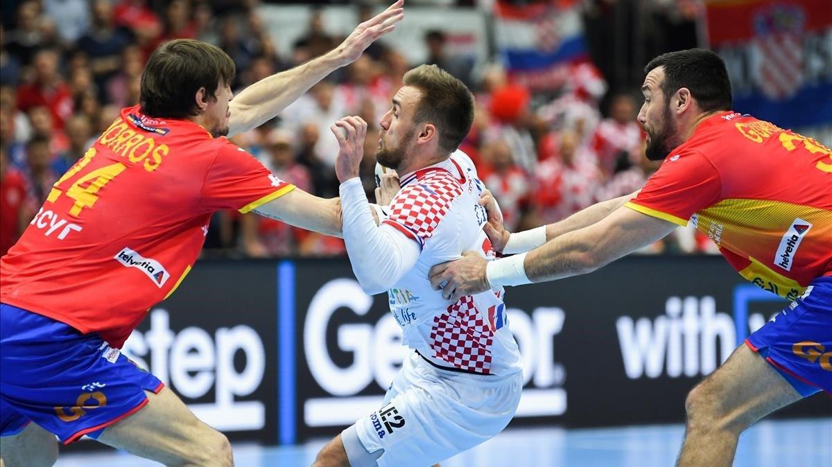 El croata Cindric intenta filtrar el balón entre Viran Morros y Gedeón Guardiola.