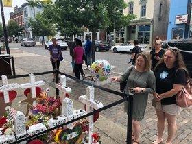 Personas visitan el memorial de las víctimas del tiroteo de Dayton, Ohio.