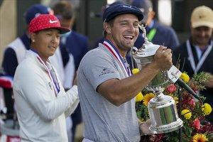 DeChambeau sujeta sonriente el trofeo que le acredita como ganador del US Open
