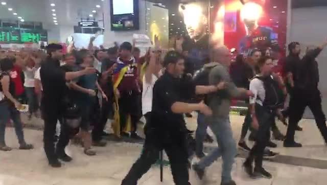 Desalojo de la protesta independentista en Sants.