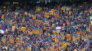 Desenes daficionats blaugrana exhibeixen estelades al Camp Nou, durant la final de la Copa de Rei entre lAthletic i el Barcelona, el passat 6 de juny.