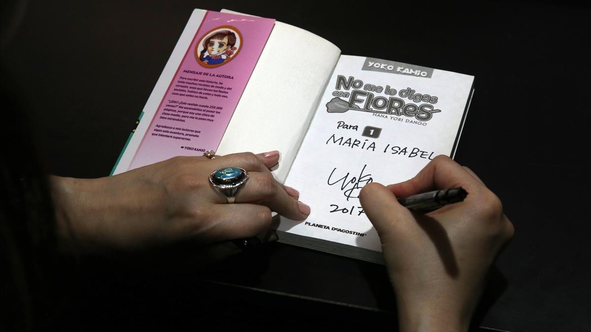 La dibujante de manga Yoko Kamio, que no se deja fotografiar, firmando una dedicatoria.