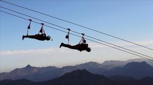 Dos usuarios de la tirolina más larga del mundo, en Ras al-Khamiah, el 31 de enero.