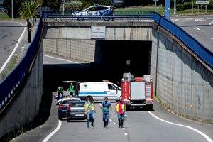 Efectivos de emergencias, en el lugar donde madre e hijo fallecirondespués de que se precipitaran desde lo alto de una pasarela a la carretera de la N-120, ubicada en las inmediaciones de la estación de autobuses de Ourense.