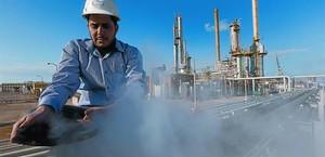 Un empleado trabaja en la refinería de crudo.