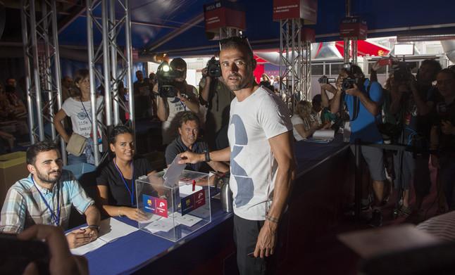 El entrenador del Barça, Luis Enrique, ha votado poco después del inicio de la jornada electoral.