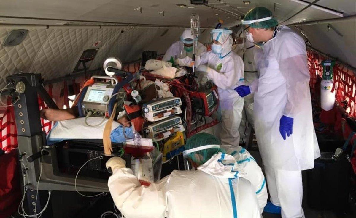 El equipo médico que trasladó a la niña, en el avión medicalizado del Ejército.