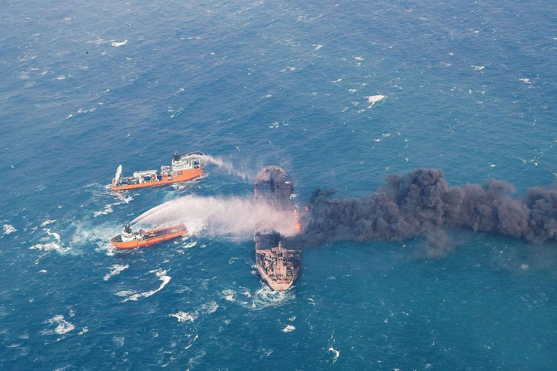 Un equipo realiza labores de extincion del incendio en el petrolero iraní,Sanchi, tras su colision con el mercante japonés al este del estuario del rio Yangtze, junto a la ciudad de Shanghai,China.