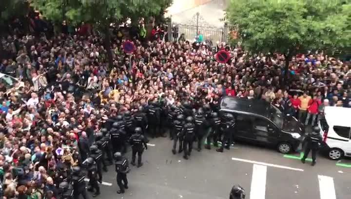 Carga policial en la escuela Ramon Llull.
