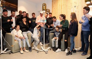 Rubi (derecha) y varios jugadores del Espanyol visitan a unos niños en el Hospital Sant Joan de Déu, este miércoles.