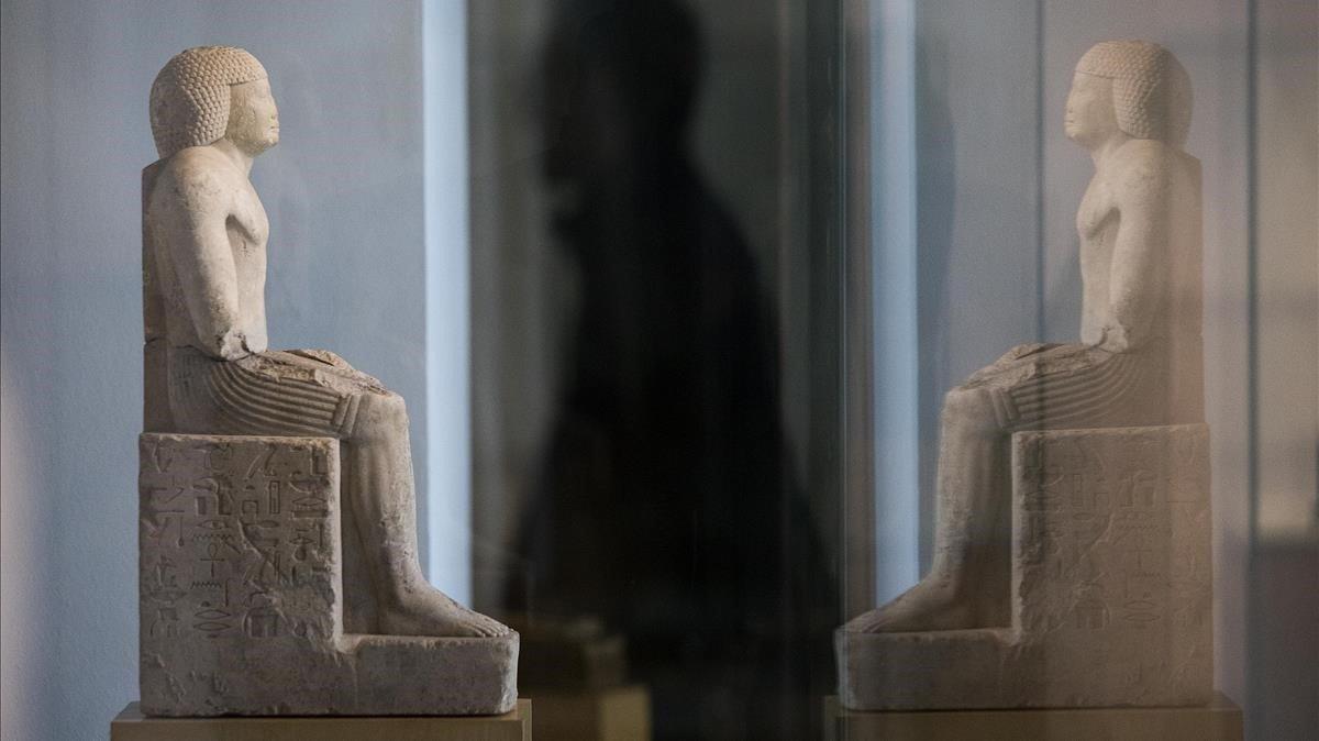 La estatua del sacerdote Gemefsetkap, recién adquiridapara el Egipci, frente a su reflejo.