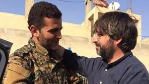 Jordi Évole, junto a Xebat, un combatiente kurdo, en Raqqa.
