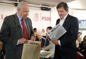 El exvicepresidente Alfonso Guerra (i)con el entonces presidente de la gestora del PSOE, Javier Fernández, el 26 de enero de 2017 en Ferraz.