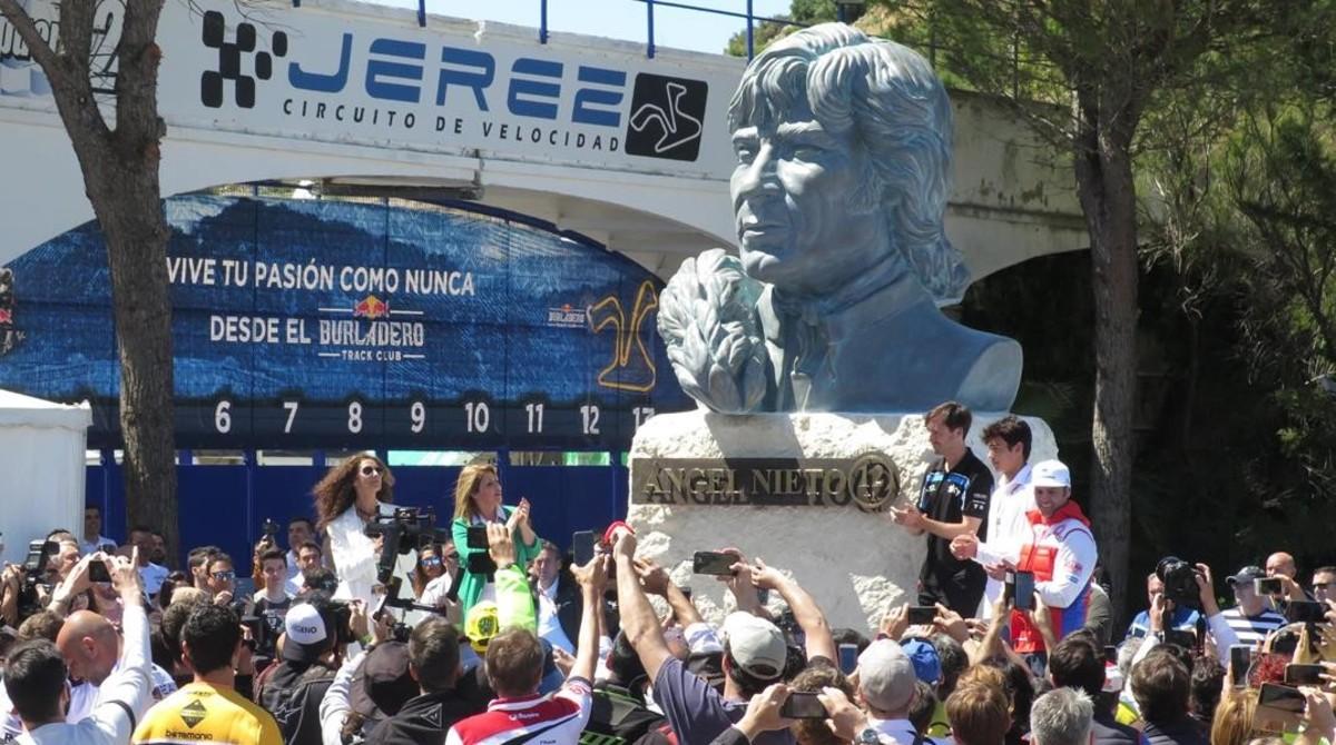 La familia Nieto ha inaugurado esta misma mañana una estatua en recuerdo del campeonísimo '12+1', en una de las puertas del circuito.