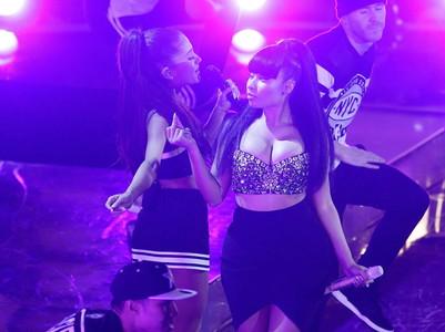 La cantant Ariana Grande, amb Nicki Minaj, durant la seva actuació al Madison Square Garden de New York.