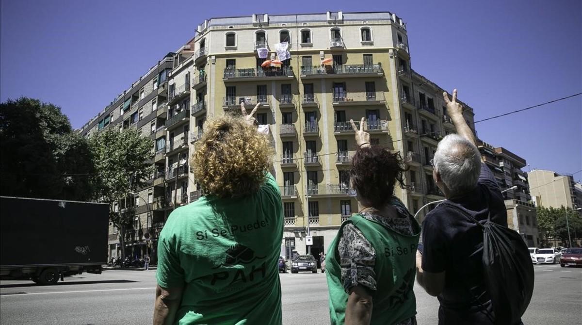 Miembros de la PAH saludan a algunos de los realojados en el edificio de Aragó, 477, ocupado por la plataforma el 3 de julio.