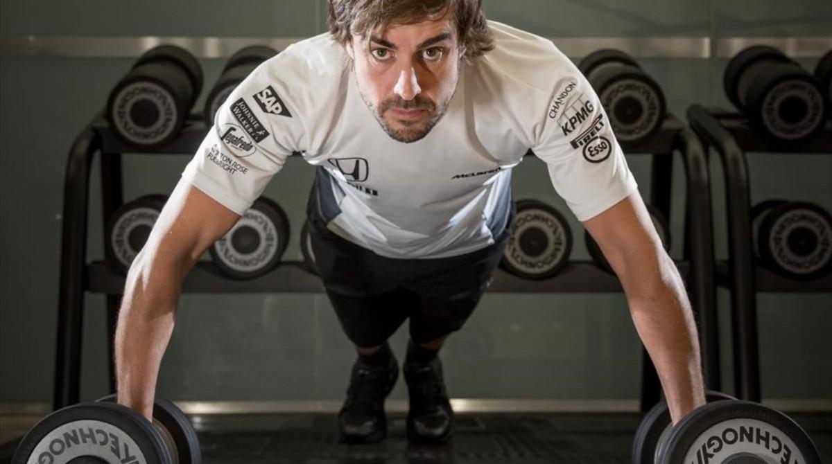 Fernando Alonso, con las pesas, en su gimnasio.