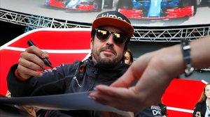 Fernando Alonso firmó decenas de autógrafos hoy en Sochi.