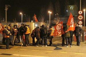 Huelga de trabajadores en la planta de Cacaolat de Santa Coloma.