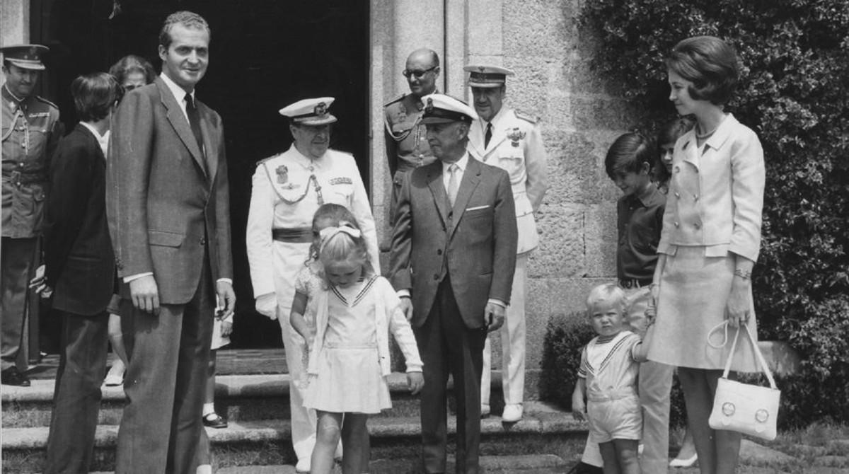 Foto de archivo de Franco con los ahora Reyes eméritos y sus hijos, en el pazo de Meirás.