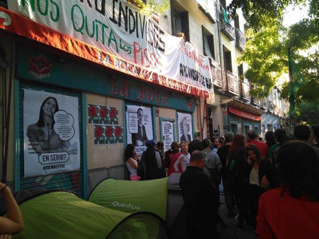 Unas cien personas se han acercado a la casa de Pepi, en Lavapiés,para mostrarle su apoyo.
