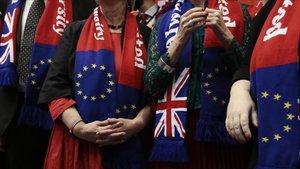 Europarlamentarios del Partido Laborista británico posan durante su último plenario en el Parlamento Europeo este miércoles.